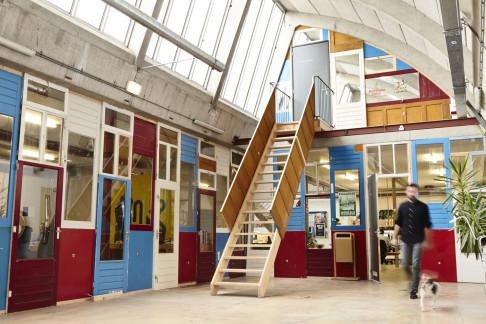 Foto van Patrick Stoop van Vechtclub XL interieur met hergebruikte deuren - compartiment G